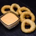 Цибулеві кільця з соусом Спайсі